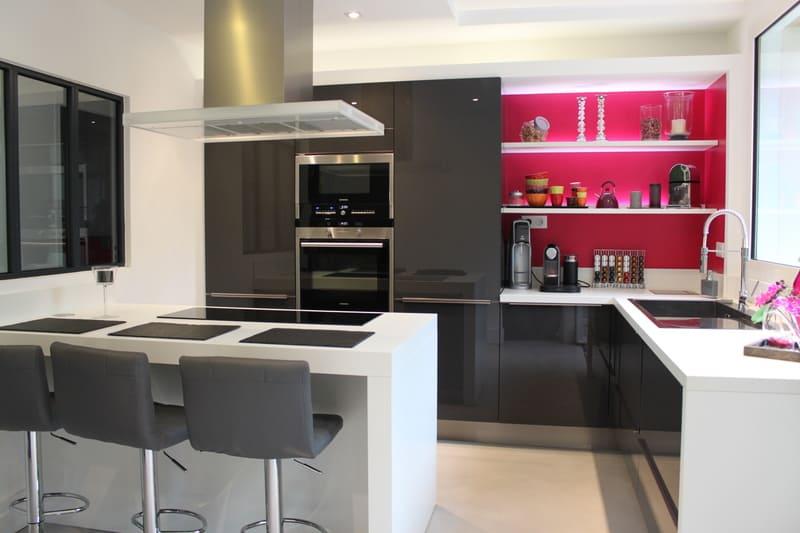 Cuisine contemporaine grise, blanche et rose par Xavier Darré | Raison Home - 2