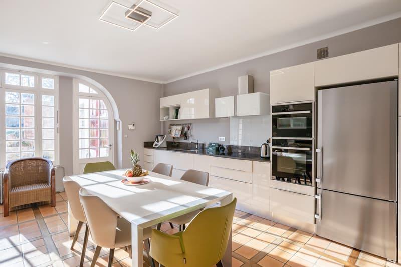 Cuisine blanche contemporaine avec table centrale Xavier Darré | Raison Home - 1