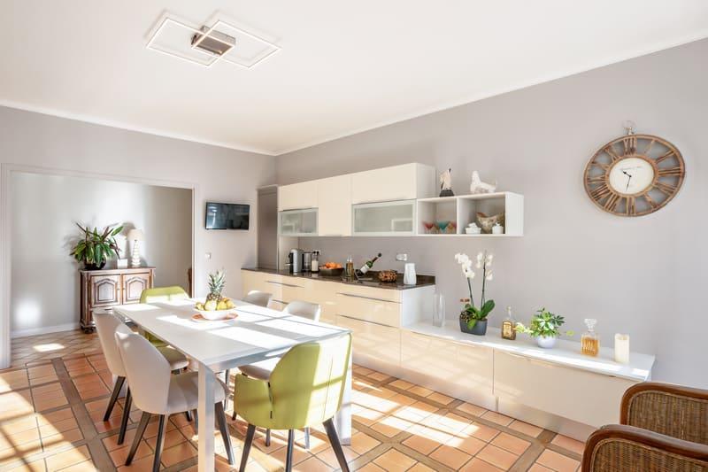 Cuisine blanche contemporaine avec table centrale Xavier Darré | Raison Home - 2