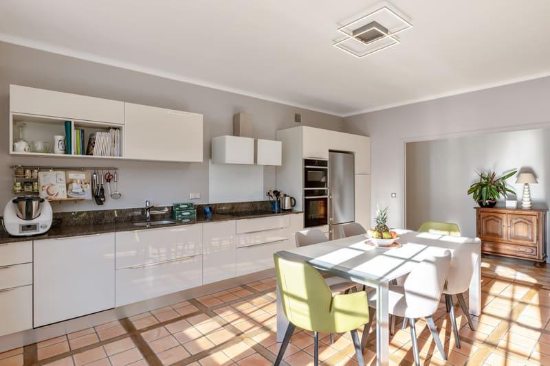 Cuisine blanche contemporaine avec table centrale Xavier Darré | Raison Home - 3