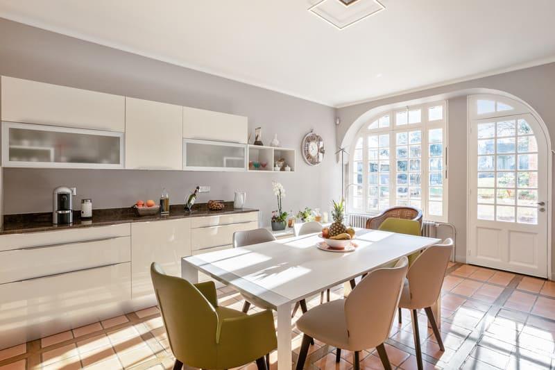 Cuisine blanche contemporaine avec table centrale Xavier Darré | Raison Home - 4