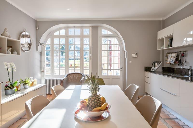 Cuisine blanche contemporaine avec table centrale Xavier Darré | Raison Home - 6