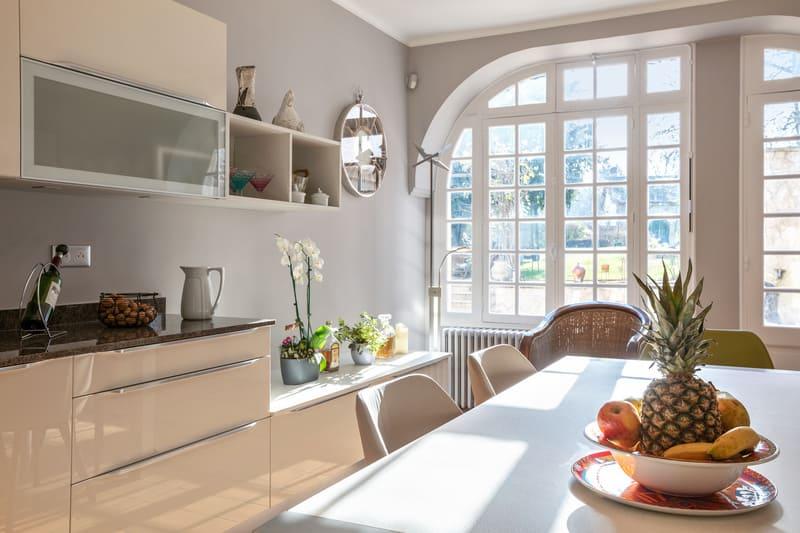 Cuisine blanche contemporaine avec table centrale Xavier Darré | Raison Home - 7