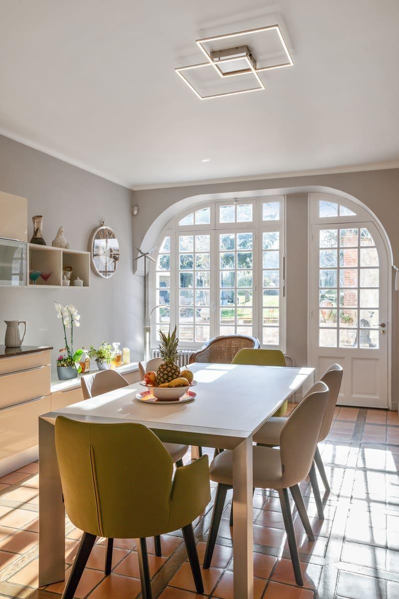 Cuisine blanche contemporaine avec table centrale Xavier Darré | Raison Home - 8