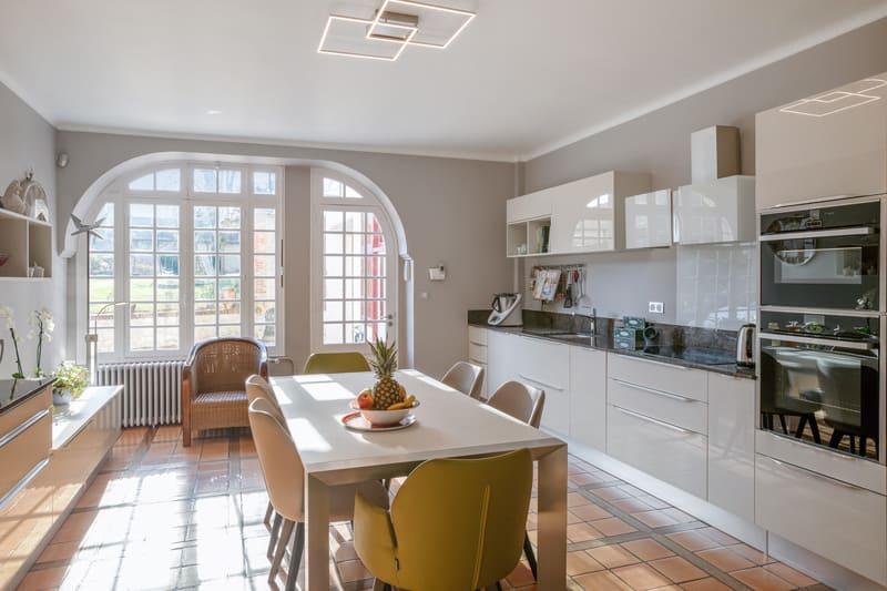 Cuisine blanche contemporaine avec table centrale Xavier Darré | Raison Home - 9