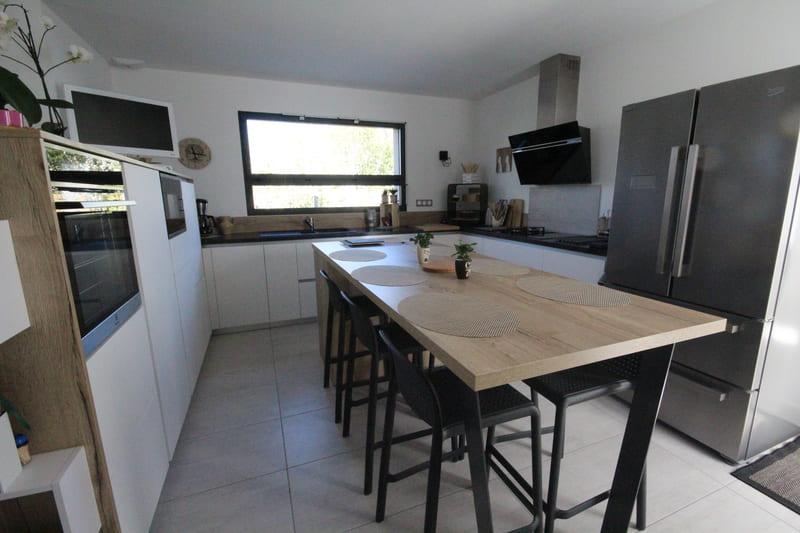 Cuisine ouverte moderne blanche bois et noire avec îlot central | Raison Home - 2