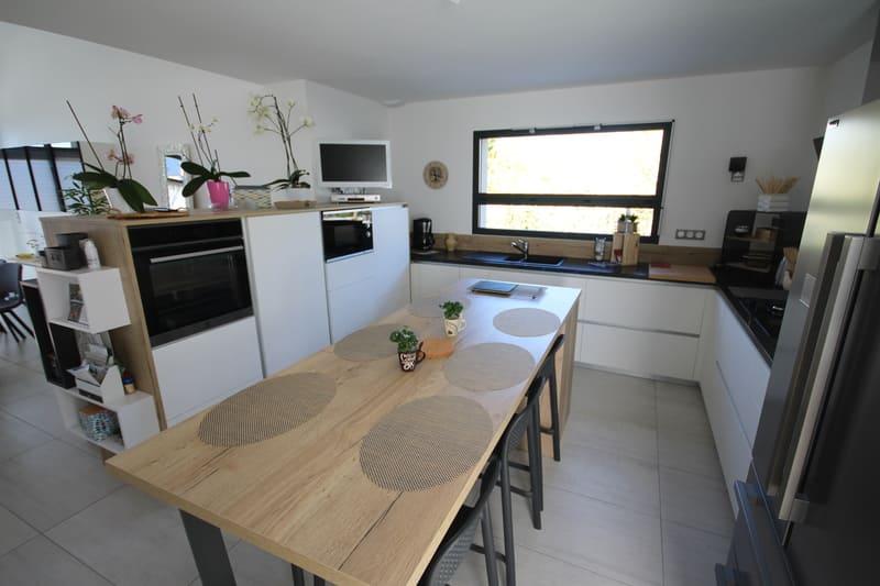 Cuisine ouverte moderne blanche bois et noire avec îlot central | Raison Home - 1