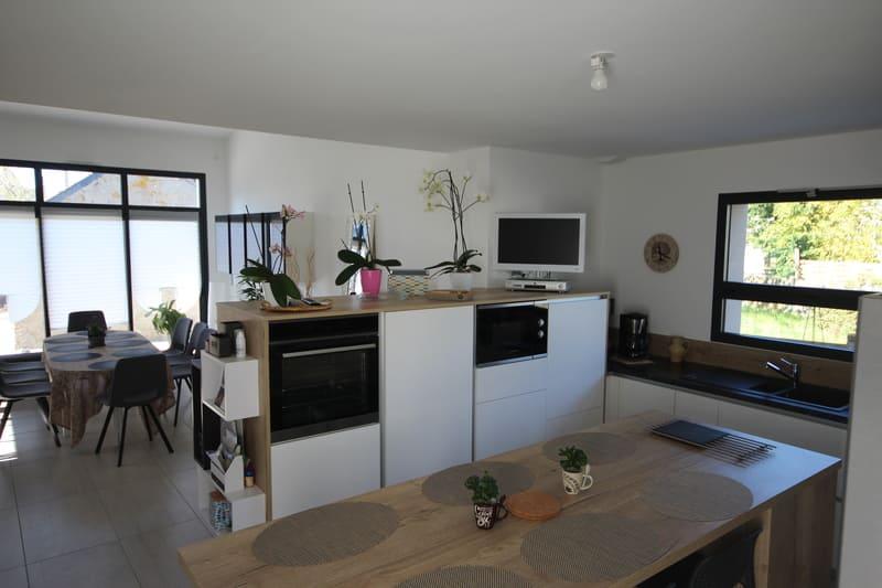 Cuisine ouverte moderne blanche bois et noire avec îlot central | Raison Home - 3