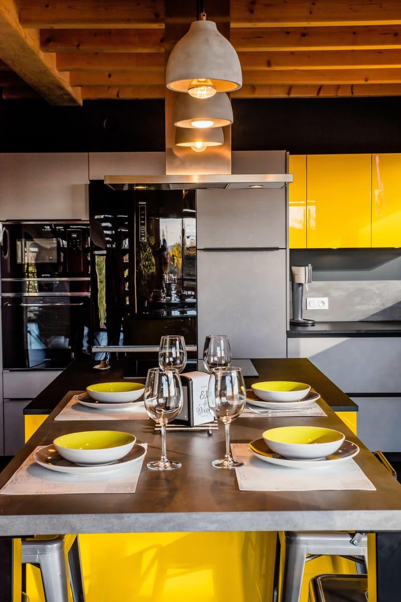 Cuisine industrielle grise et jaune