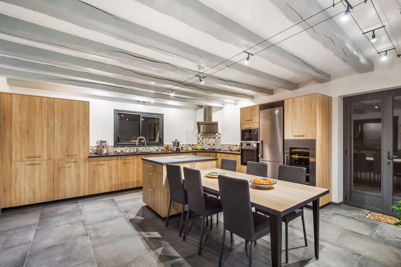 Cusine ouverte bois et gris avec presqu'île par Romain CARBONNEL | Raison Home - 1