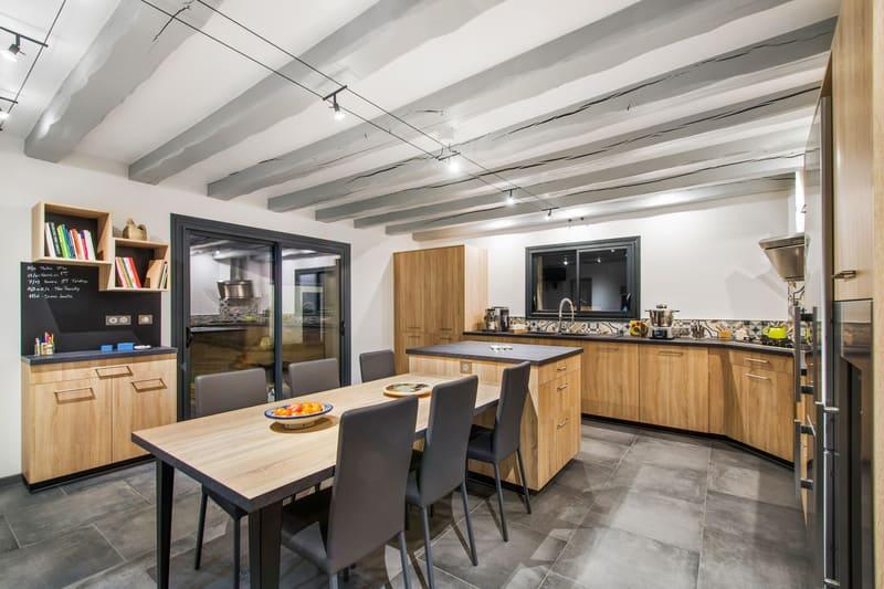 Cusine ouverte bois et gris avec presqu'île par Romain CARBONNEL | Raison Home - 3