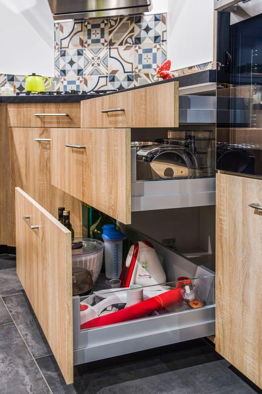 Cusine ouverte bois et gris avec presqu'île par Romain CARBONNEL | Raison Home - 7