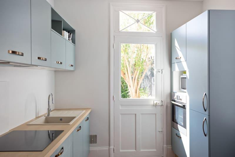 Petite cuisine vert d'eau et bois par Romain Carbonnel 9