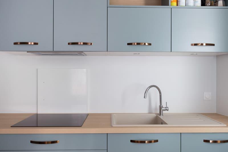 Petite cuisine vert d'eau et bois par Romain Carbonnel 4