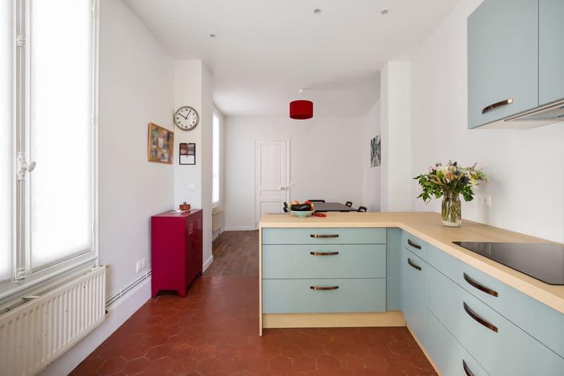 Petite cuisine vert d'eau et bois par Romain Carbonnel 2