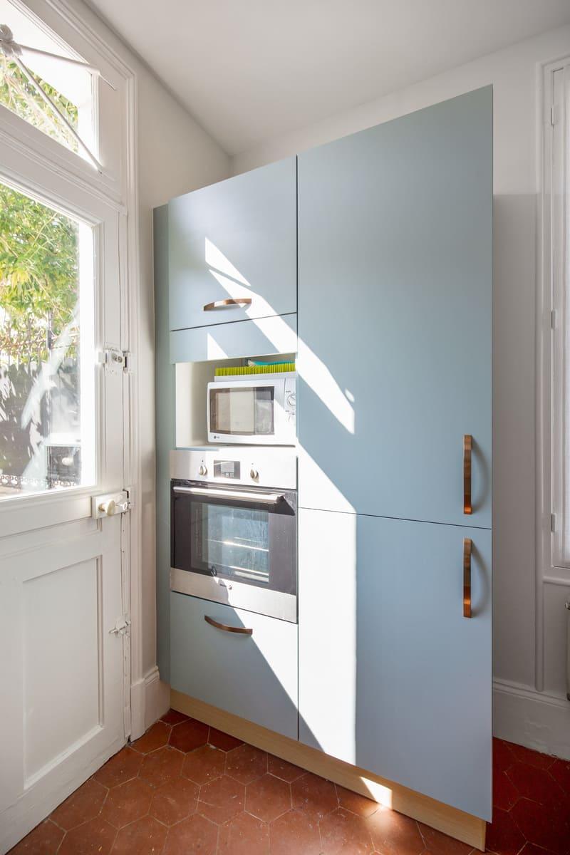 Petite cuisine vert d'eau et bois par Romain Carbonnel 6