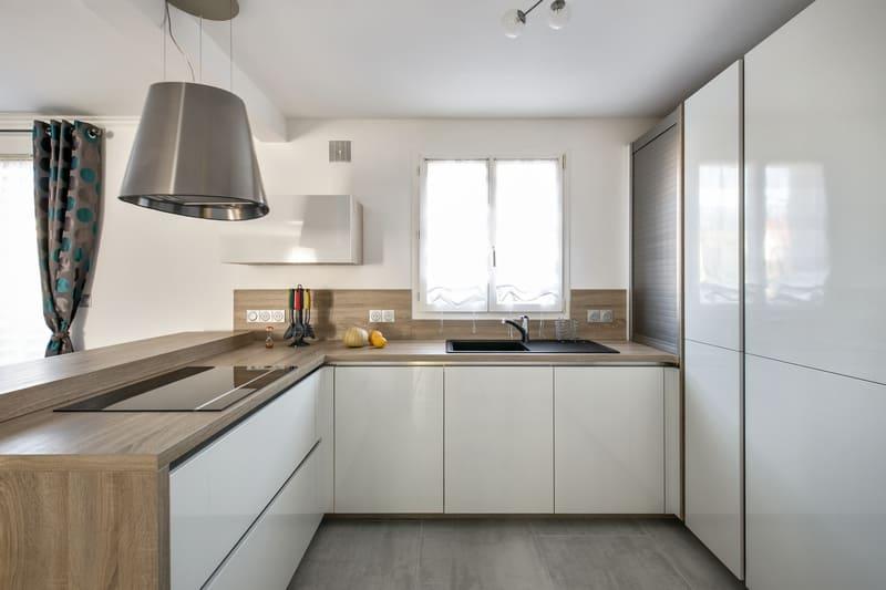 Cuisine ouverte sans poignée blanc brillant par Romain Carbonnel | Raison Home - 3
