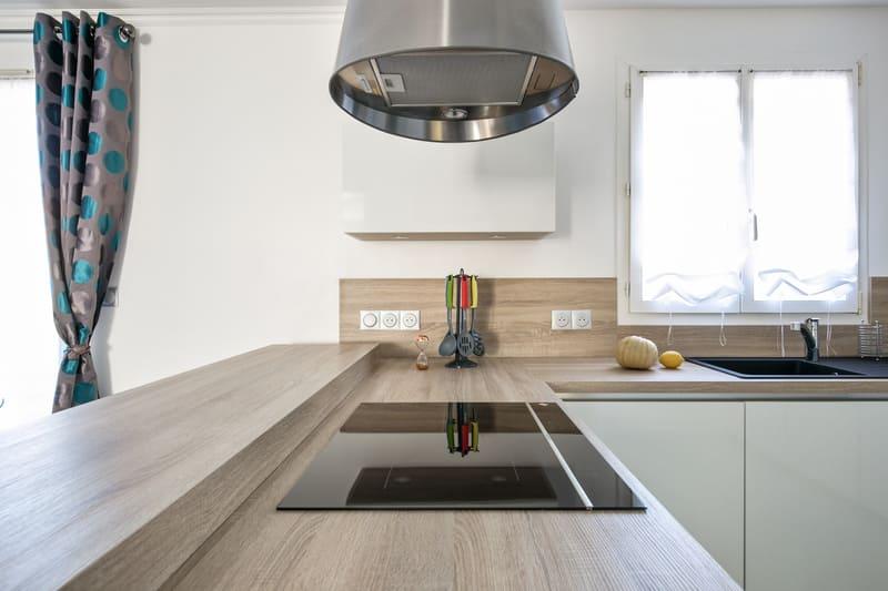 Cuisine ouverte sans poignée blanc brillant par Romain Carbonnel | Raison Home - 6