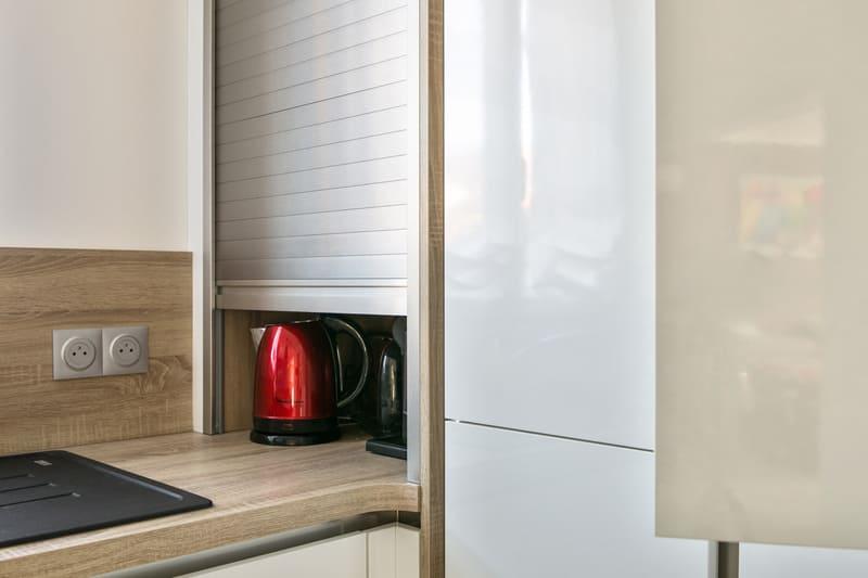 Cuisine ouverte sans poignée blanc brillant par Romain Carbonnel | Raison Home - 8