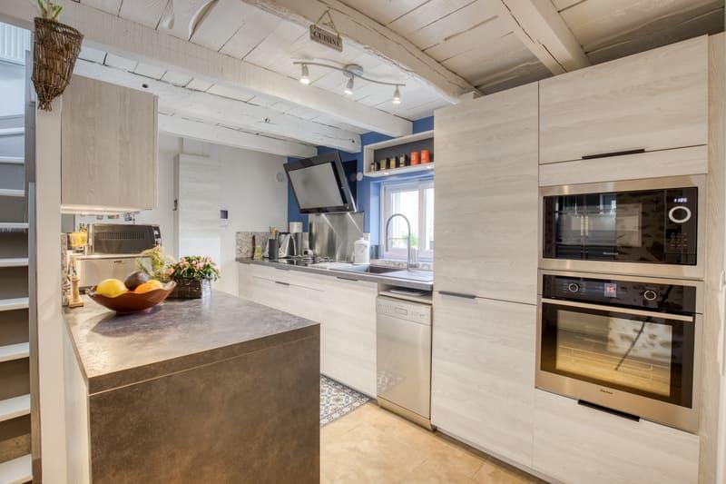 Cuisine aménagée blanche et grise par Romain CARBONNEL | Raison Home  - 1