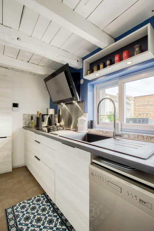 Cuisine aménagée blanche et grise par Romain CARBONNEL | Raison Home  - 2