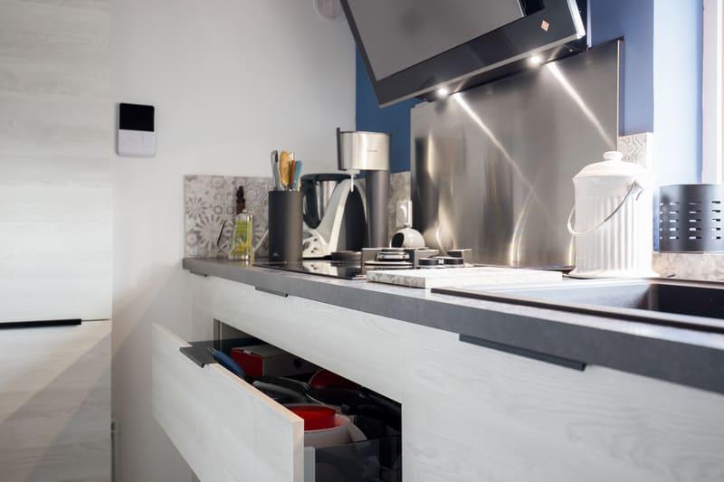 Cuisine aménagée blanche et grise par Romain CARBONNEL | Raison Home  - 3