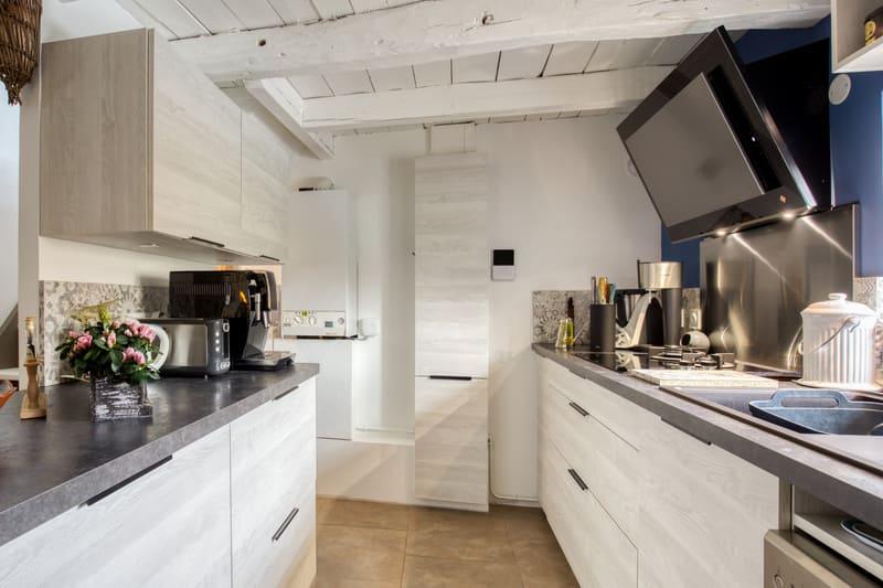 Cuisine aménagée blanche et grise par Romain CARBONNEL | Raison Home  - 4