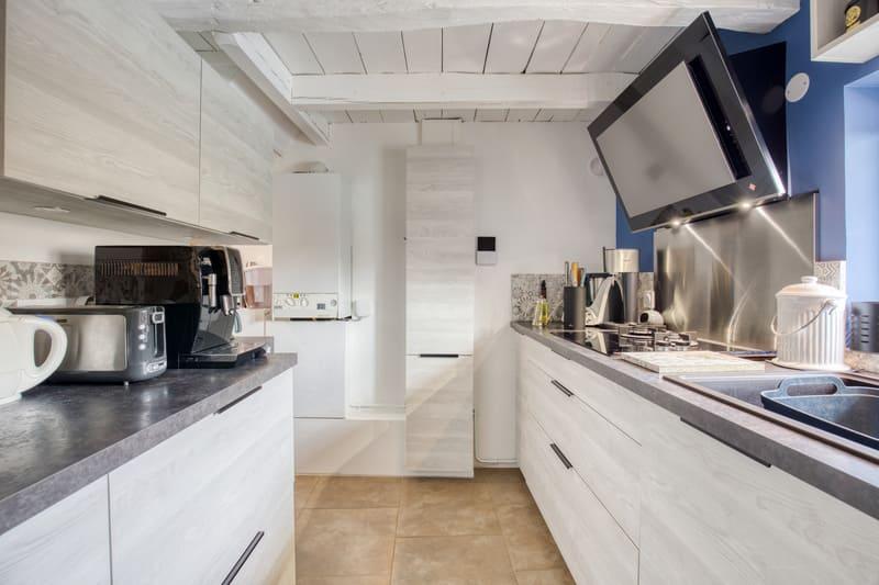 Cuisine aménagée blanche et grise par Romain CARBONNEL | Raison Home  - 5