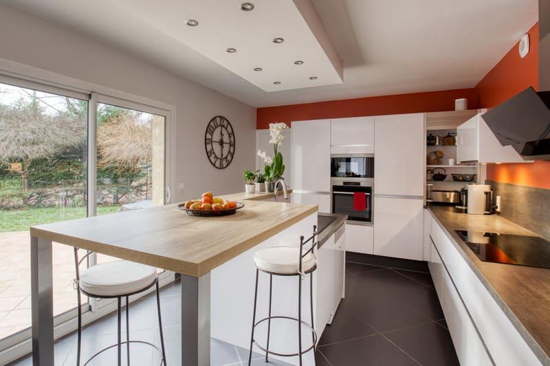 Cuisine ouverte blanche et bois sans poignée avec îlot central par Romain CARBONNEL | Raison Home - 3
