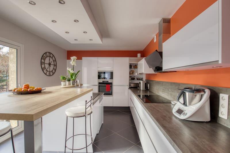 Cuisine ouverte blanche et bois sans poignée avec îlot central par Romain CARBONNEL | Raison Home - 7