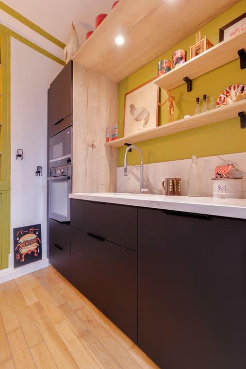 Cuisine ouverte marbre et noir par Romain CARBONNEL | Raison Home - 5