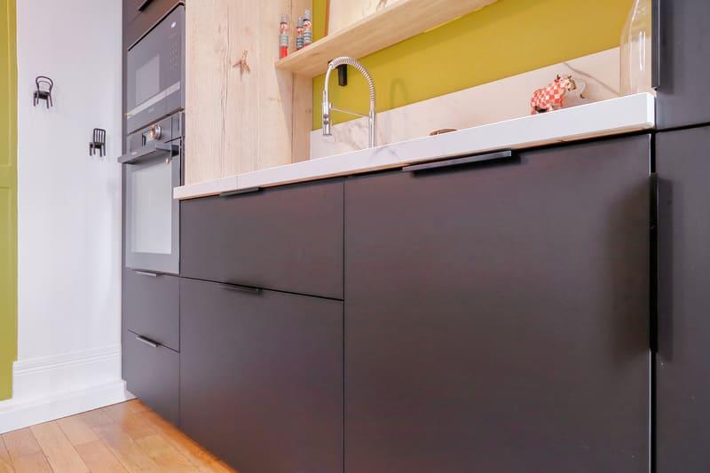 Cuisine ouverte marbre et noir par Romain CARBONNEL | Raison Home - 3