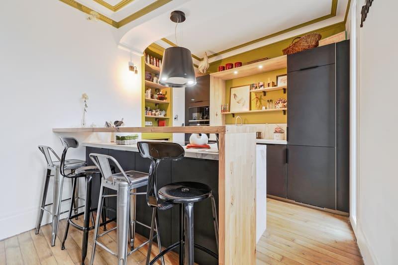 Cuisine ouverte marbre et noir par Romain CARBONNEL | Raison Home - 1