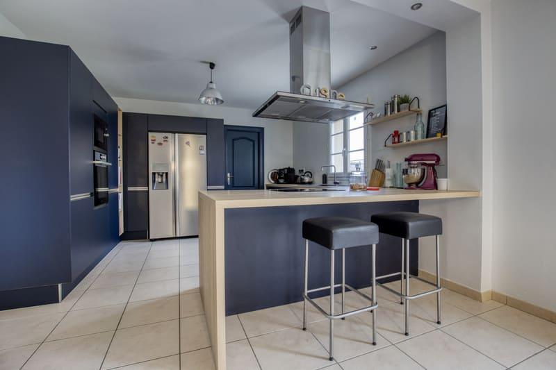 Cuisine ouverte bleue et bois avec îlot par Romain CARBONNEL| Raison Home - 2