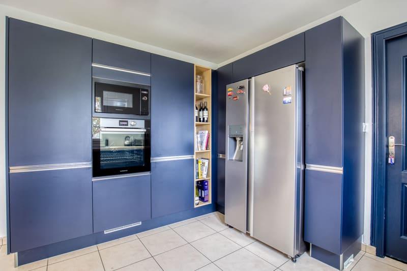 Cuisine ouverte bleue et bois avec îlot par Romain CARBONNEL| Raison Home - 4