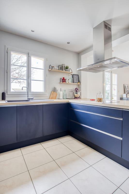 Cuisine ouverte bleue et bois avec îlot par Romain CARBONNEL| Raison Home - 5