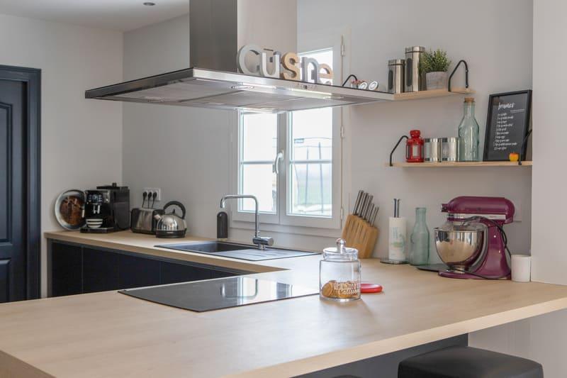 Cuisine ouverte bleue et bois avec îlot par Romain CARBONNEL| Raison Home - 7