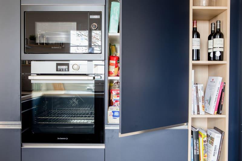 Cuisine ouverte bleue et bois avec îlot par Romain CARBONNEL| Raison Home - 6