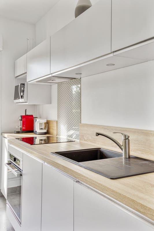 Cuisine blanche et bois avec une verrière | Raison Home 3