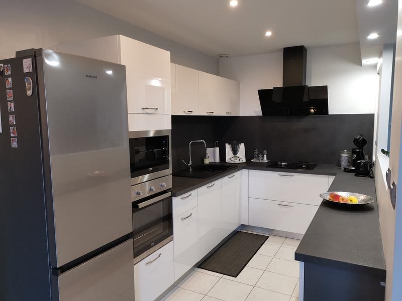 Petite cuisine en U blanche et noire par Corentin CELKA | Raison Home - 3