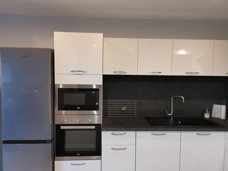 Petite cuisine en U blanche et noire par Corentin CELKA | Raison Home - 2