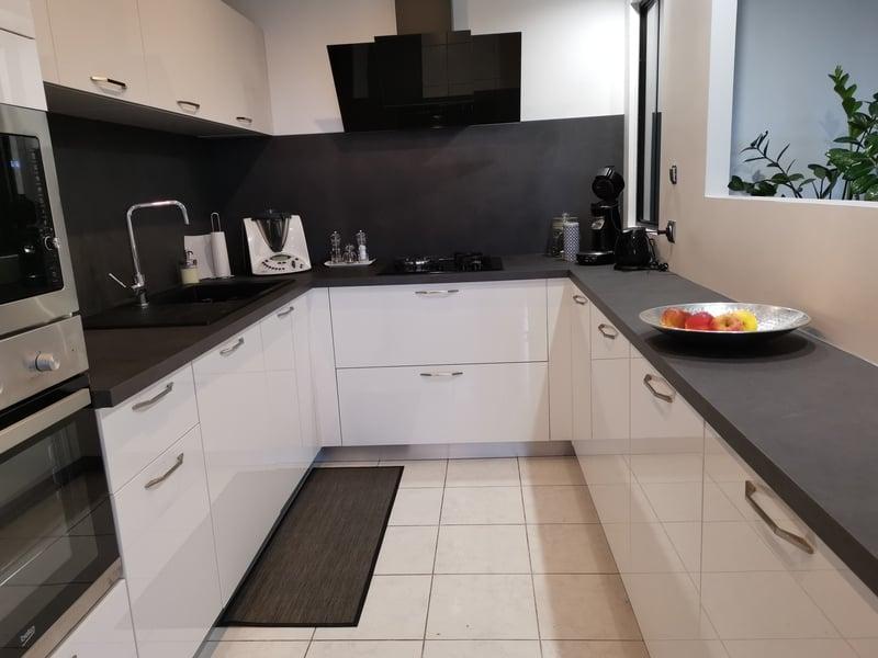 Petite cuisine en U blanche et noire par Corentin CELKA | Raison Home - 1