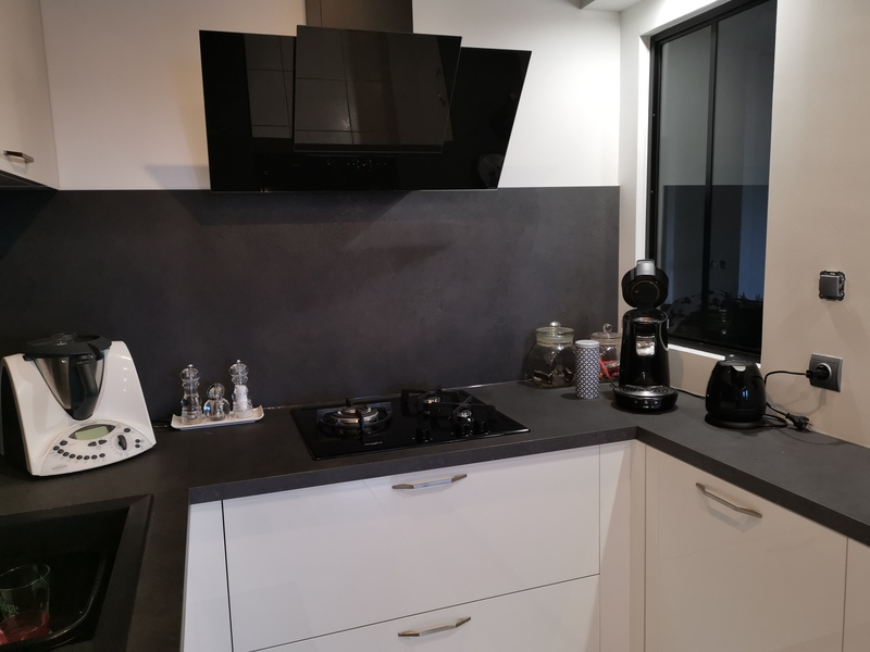 Petite cuisine en U blanche et noire par Corentin CELKA | Raison Home - 4