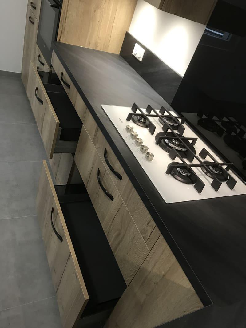 Cuisine en L avec façades en bois par Corentin CELKA | Raison Home - 5