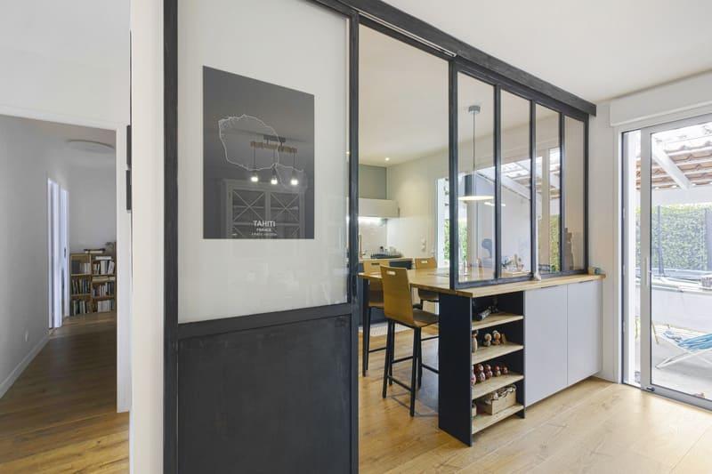 Cuisine noire et bois avec une verrière style industriel par MAZZOCCO | Raison Home  - 1