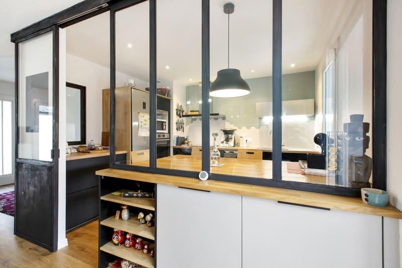 Cuisine noire et bois avec une verrière style industriel par MAZZOCCO | Raison Home  - 2