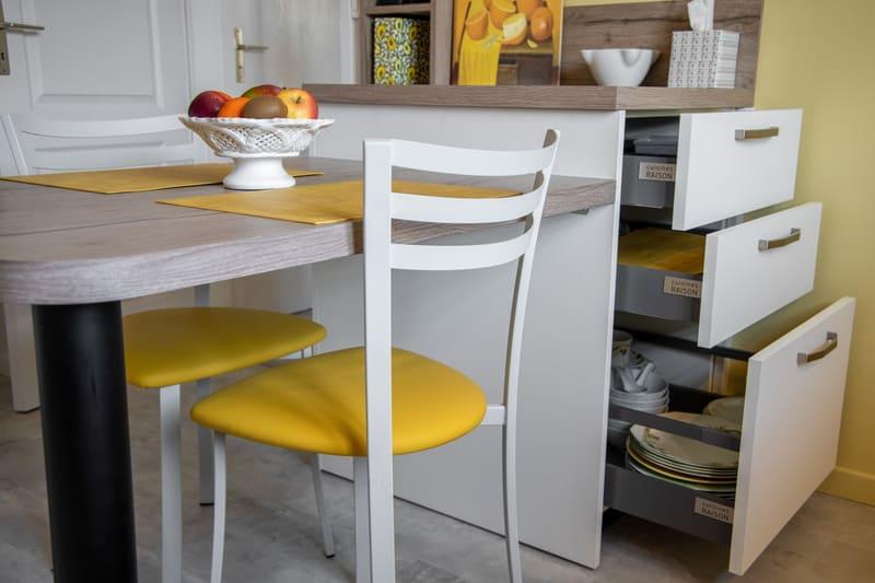 Cuisine aménagée blanche et bois avec petit coin repas par MAZZOCCO | Raison Home - 3
