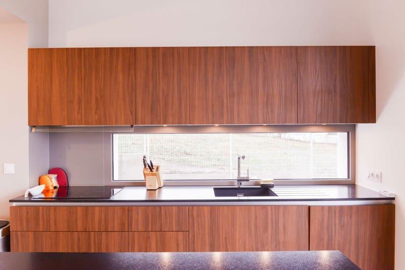 Cuisine moderne taupe et bois avec îlot central | Raison Home - 7