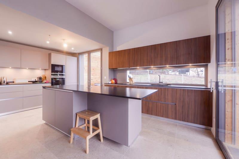Cuisine moderne taupe et bois avec îlot central | Raison Home - 1