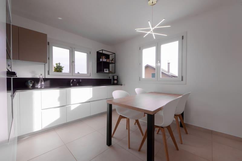 Cuisine en L avec façades blanches et plan de travail noir | Raison Home - 1